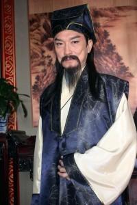 Даровитият учен, медик и пръв помощник на съдията Бао — господин Гунсун Цъ